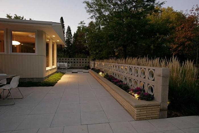 aménagement espace paysager, terrasse en dalles, parterre en briques blanches, table avec chaises, jardin