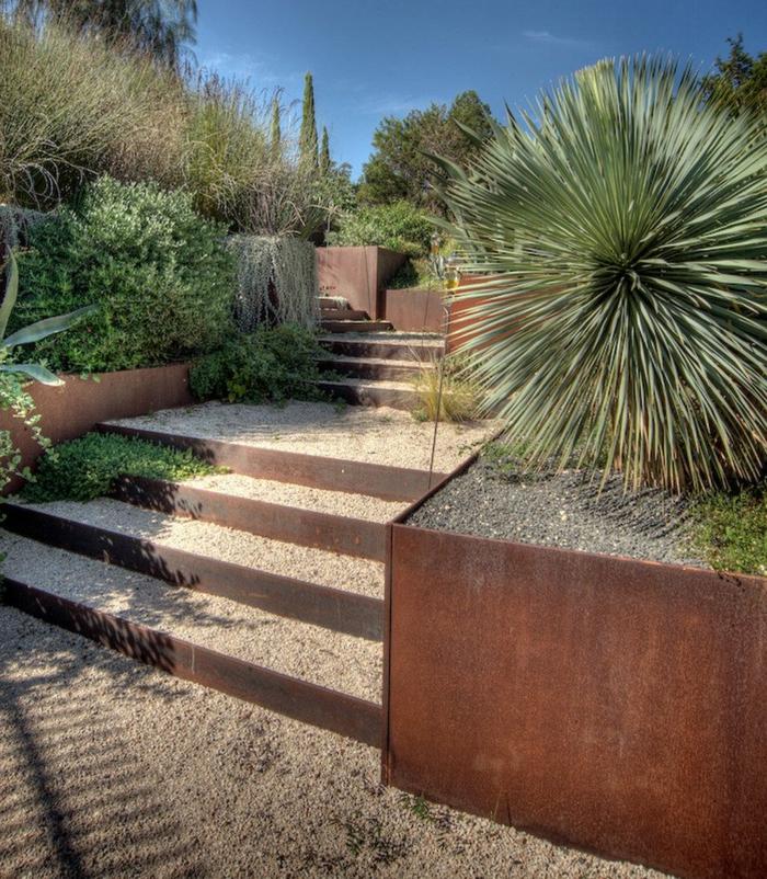 escalier en gravier et acier corten, plantes architecturales, parterre verts, joli espace paysager