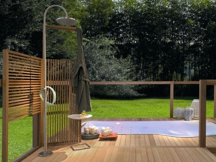 modèle de terrasse en bois aménagée avec douche pluie en inox et petite table bois et blanc, déco de jardin zen