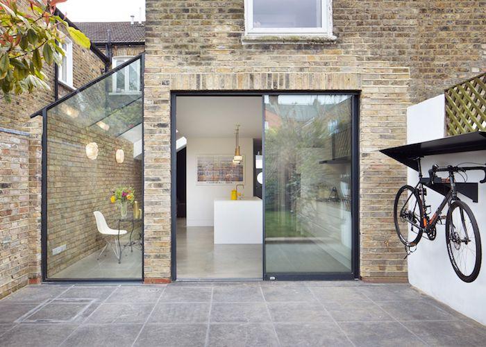 profiter de l espace entre deux murs en agrandissant la surface habitable maison avec une extension vitrée pour petit coin repas