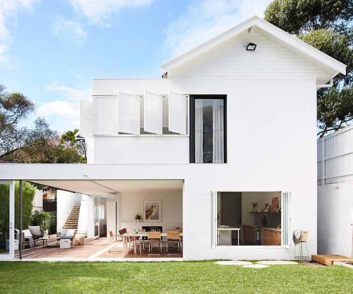 idee d extension maison ouverte avec parquet bois, coin repos coté jardin et coin salle à manger coté maison
