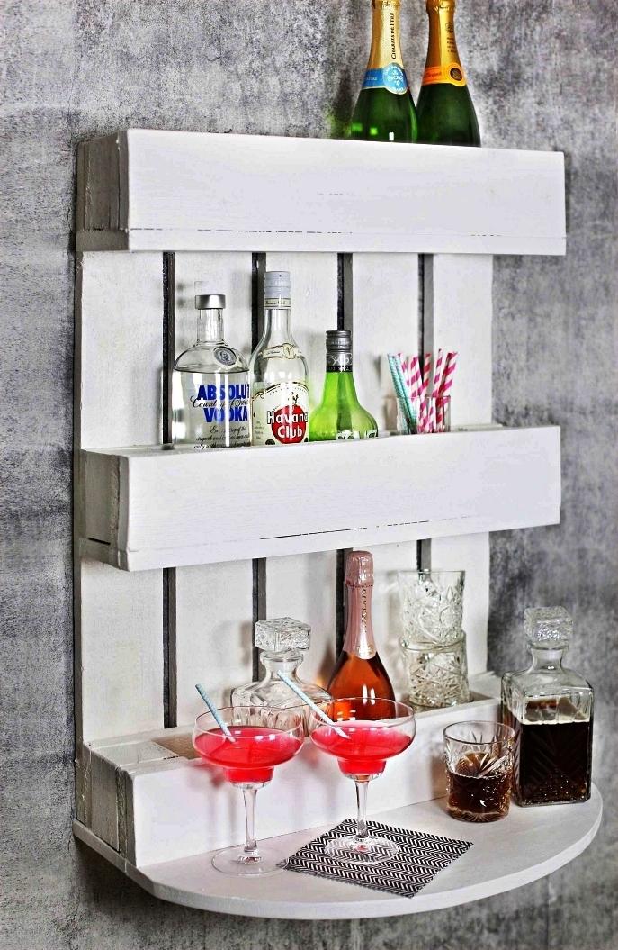 meuble de bar mural en palette avec étagère ovale et rangements pour bouteilles, meuble en palette pour ranger ses