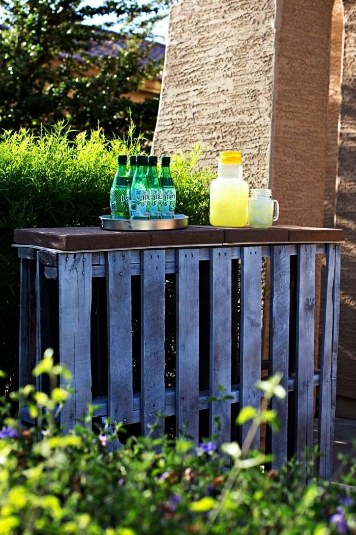 bar en palette repeinte grise avec plateau, meuble de jardin à faire soi-même, bar de jardin à boissons à partir des palettes recyclées