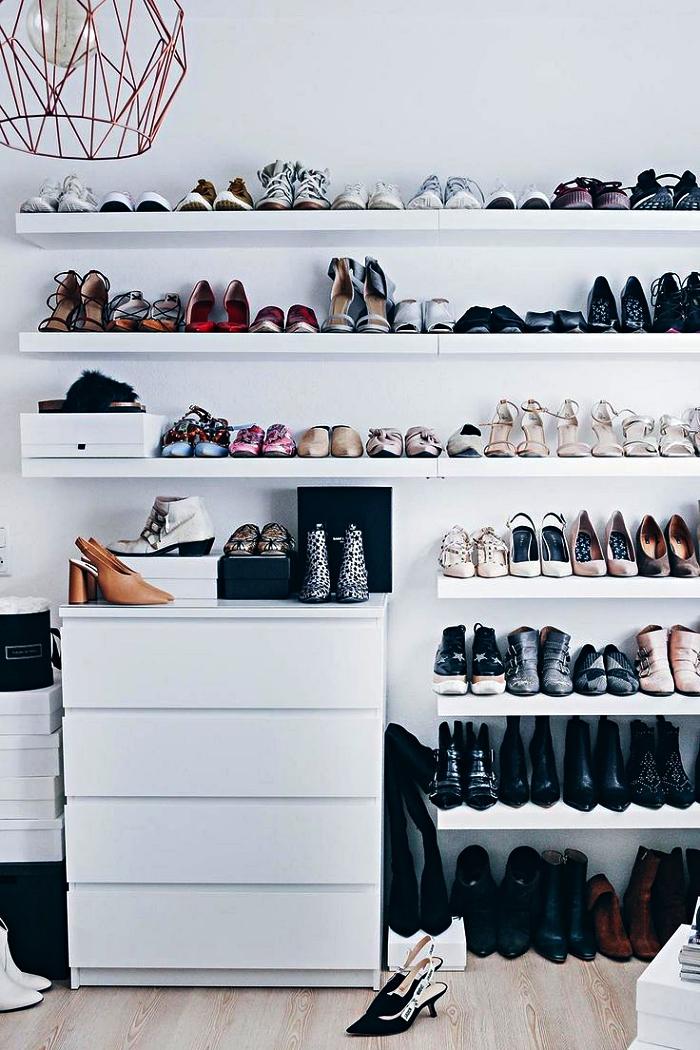 astuce rangement chaussures dans une petite chambre, ranger ses chaussures sur des étagères murales ouvertes