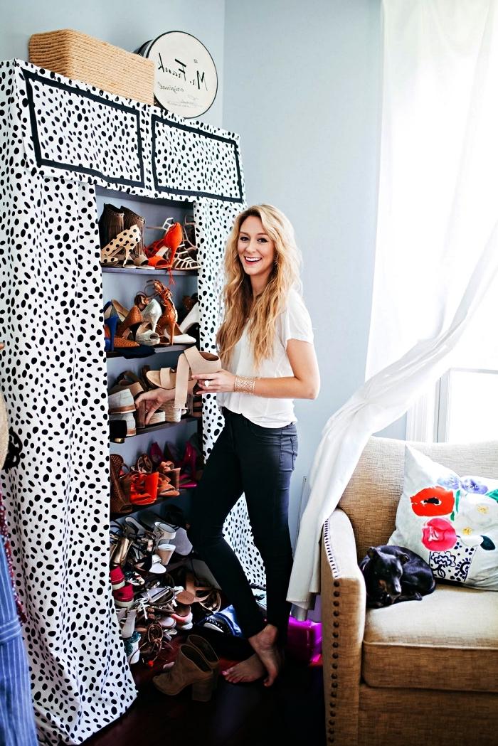 idée pour fabriquer un dressing soi-même, des étagères murales pour ranger ses chaussures, dissimulées par un rideau
