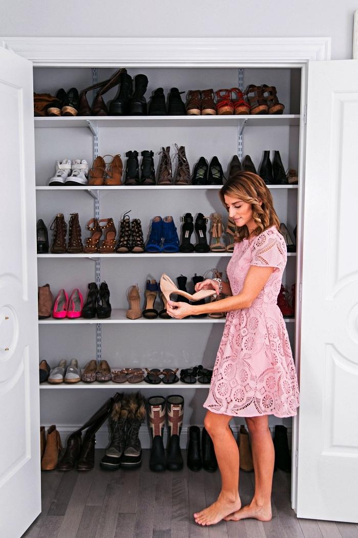 aménager un dressing chaussures dans un palcard déjà existant, etagere chaussure installée dans un renfoncement mural
