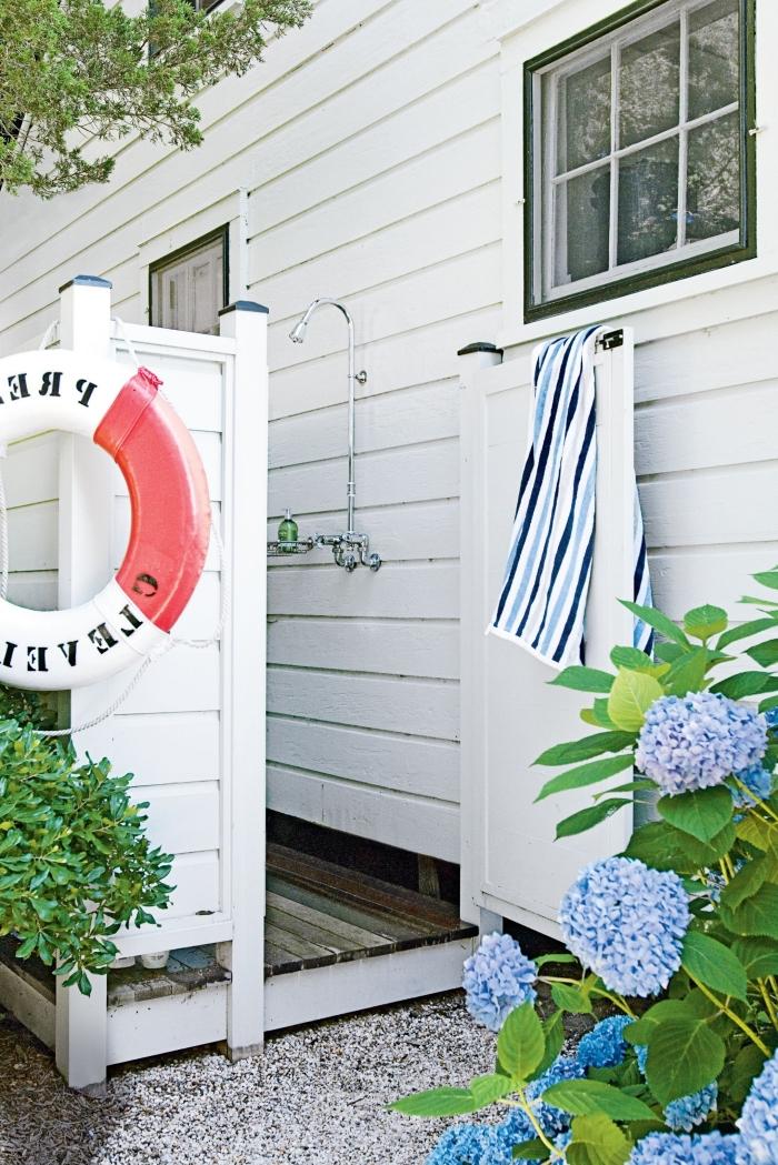 décoration de douche plein air fixé sur un mur de façade en bois blanc, salle de bain pinterest dans le jardin avec déco style marine