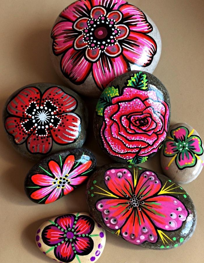 l'art de la peinture sur galet, des fleurs réalisées à la peinture acrylique sur des galets en pierre naturelle