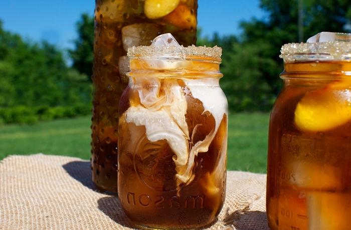 recette thé glacé pêche facile au thé noir et lait de coco, idée comment servir un thé glacé dans un bocal avec glaçons
