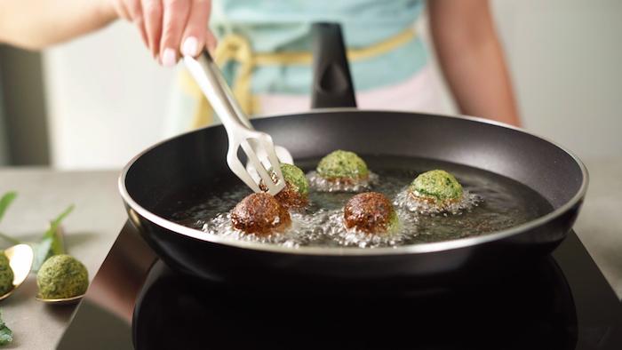 faire frire les falafels de l autre coté, boulette de pois chiche maison avec du persil et oignon vert pour faire un apéro dinatoire facile pour 10 personnes