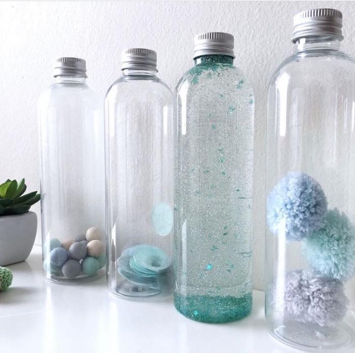 diy bouteille sensorielle, modèle de bouteille en verre recyclée, idée bouteille jouet remplie d'eau et paillettes