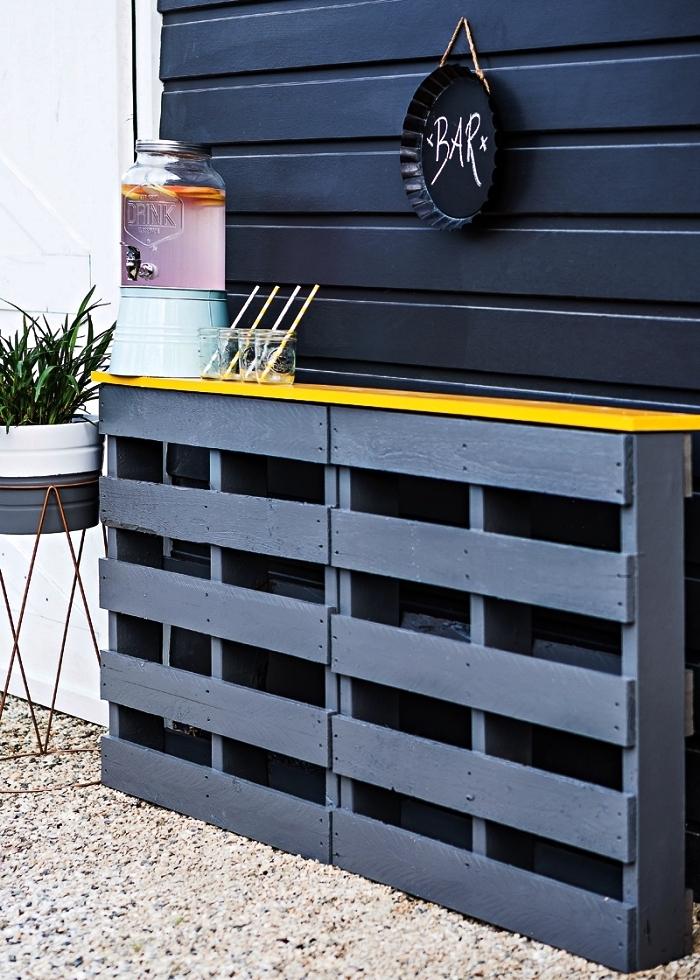 idée pour fabriquer un bar de jardin avec des palettes, coin bar en gris et jaune de style scandinave