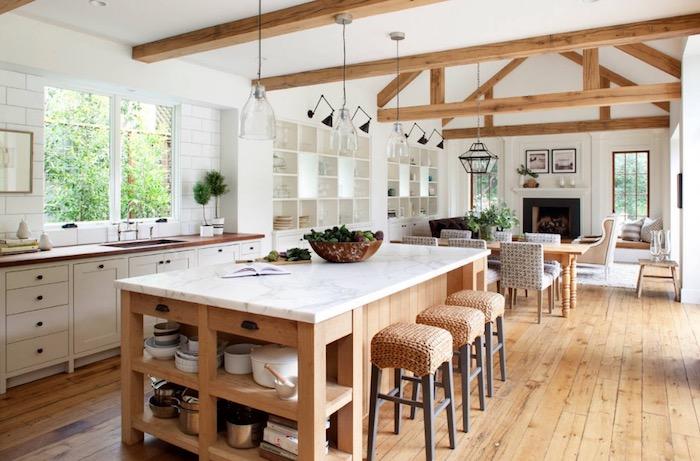 Cuisine familiale avec grand ilot, coin salle à manger table et chaises, cuisine ouverte à la salle à manger et le salon, une pièce rustique