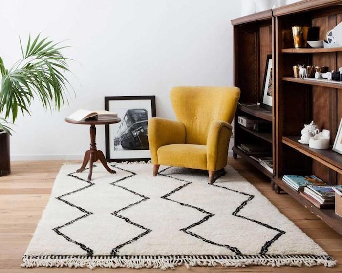 Jaune fauteuil sur tapis berbère noir et blanc, coin de lecture, deco ethnique, coussin berbere, design d'intérieur bohème chic