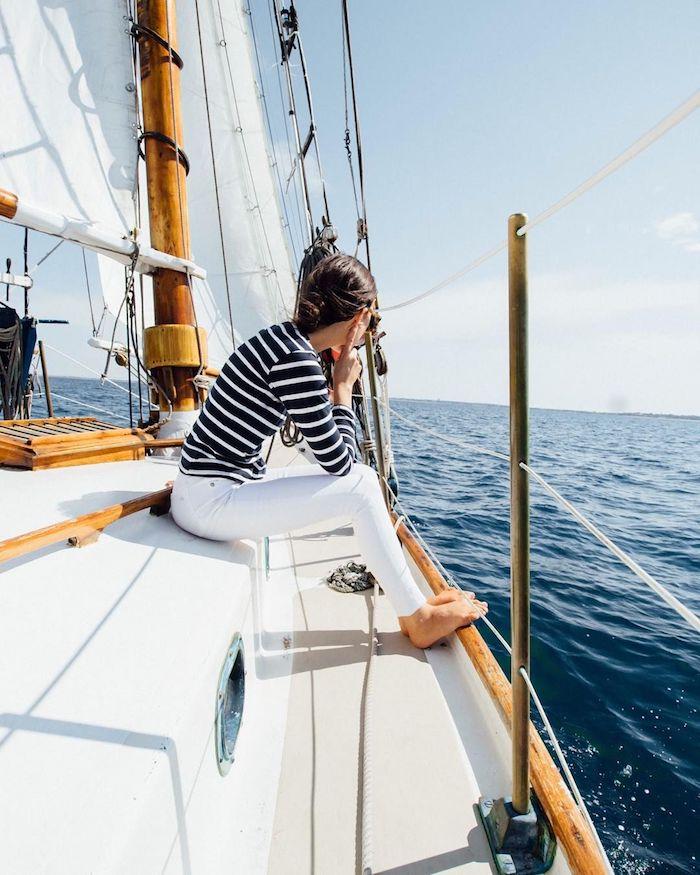Femme tenue blanc et noir pour au bord de la mer parfait pour voyage à yacht, look casual, tendance été automne 2019, choisir sa tenue