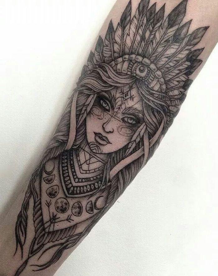tatouage femme indienne, coiffe indienne, image femme et lune, tatouage symbolique plusieurs détails
