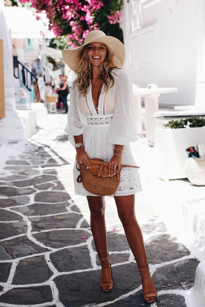 robe blanche dentelle, robe tunique, chapeau femme capeline, sac marron, cheveux wavy blonds