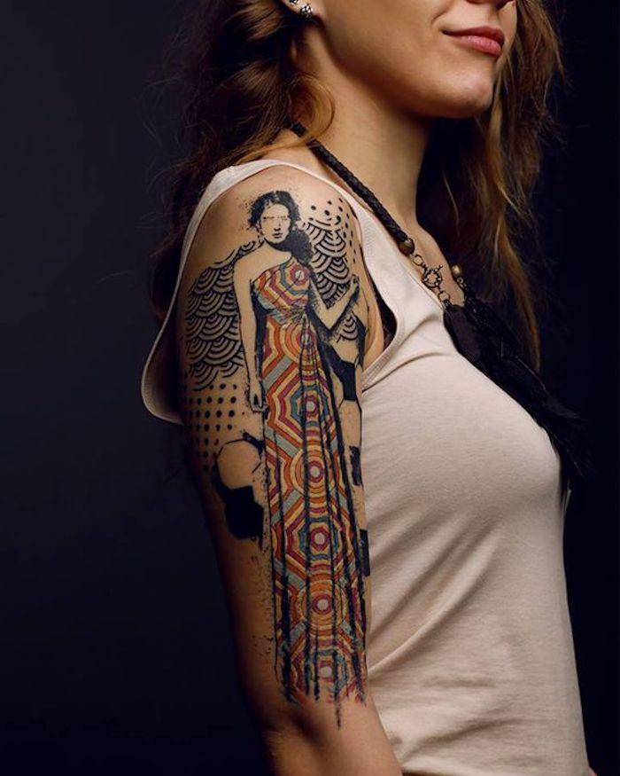 long tatouage, femme qui porte des habits traditionnels, tatouage coloré, débardeur blanc, collier ethnique