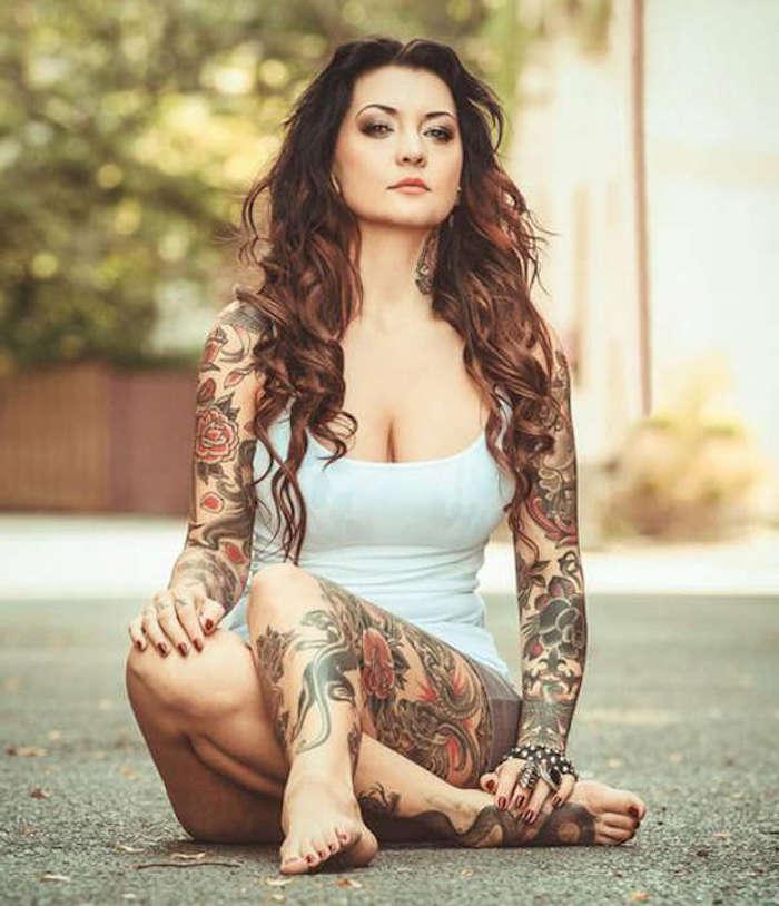 femme accro des tatouages, tatouage jambe femme, fleurs en rouge et noir, symbolique japonaise