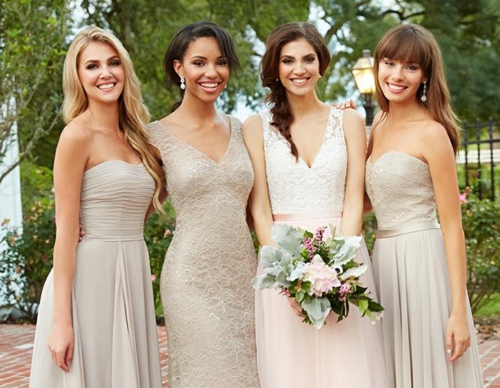 La mariée et ses demoiselles d'honneur, robe dentelle soirée, tenue habillée pour mariage, bouquet de mariée