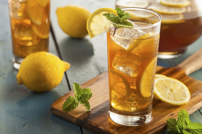 quels goût combiner pour faire un thé glacé maison, recette thé vert refroidi avec tranches citron et feuilles de menthe