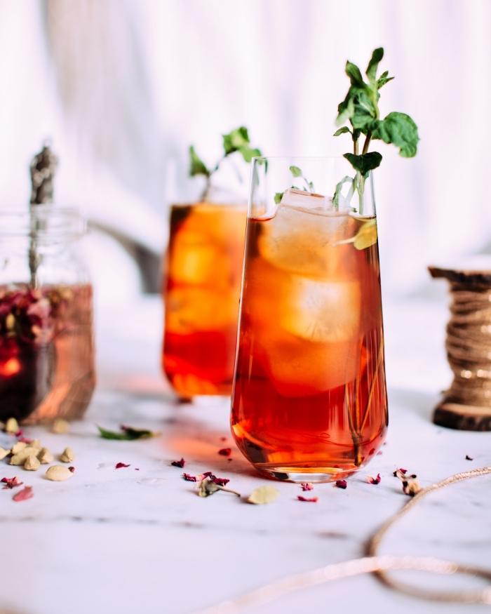 idée boisson detox facile, quelle boisson pour stimuler son métabolisme, recette thé glace à la pêche et à la menthe