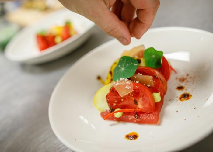 tomates, saumon, légumes, sauce gourmande, assiettes blanches, apéritif léger