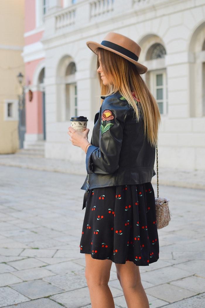 Robe noire fleure, veste en cuir avec application de fleur mignon, sac à main original, tenue été style décontracté chic