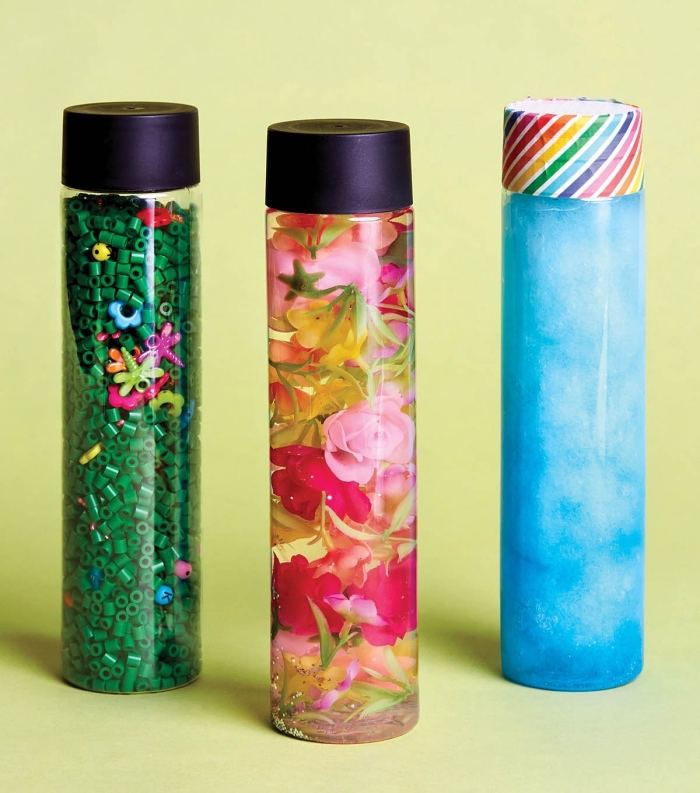 activité manuelle maternelle, idée recette à faire avec les tout petit, fabrication bouteille jouet bébé remplie de l'eau et des fleurs
