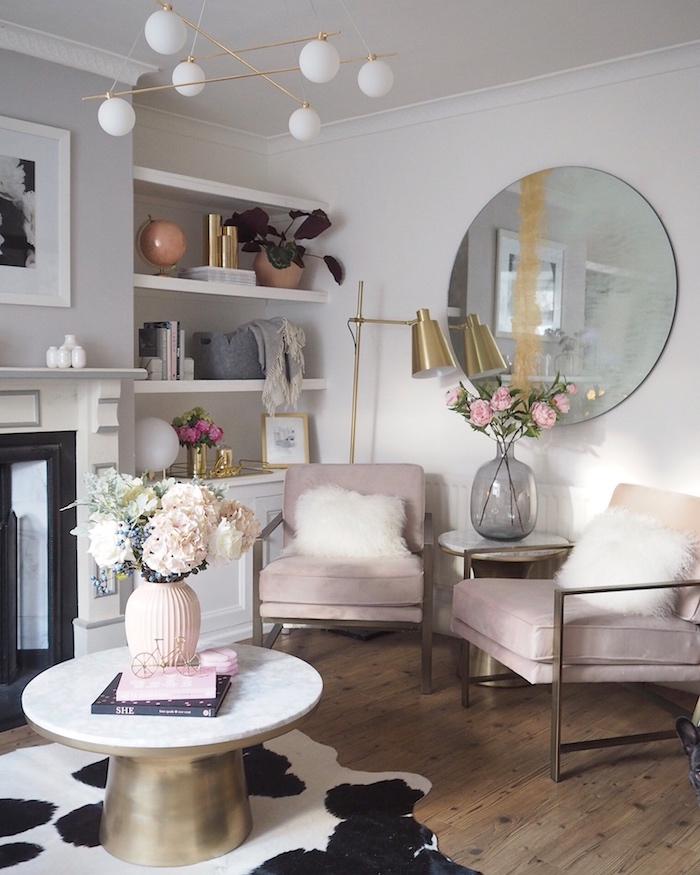 Rond miroir sur le mur, déco nordique style boheme chic, chambre boheme moderne, table basse rond, vase de fleurs