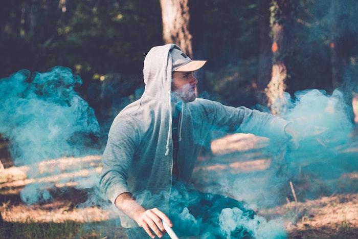Garçon photo swag avec fumes colorés en bleu, forêt photo homme, images swag, comment faire une photo swag