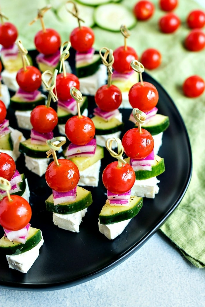 petites tomates cerises, concombres, oignon ou choux rouge, plateau de présentation noir, idée apéritif léger été