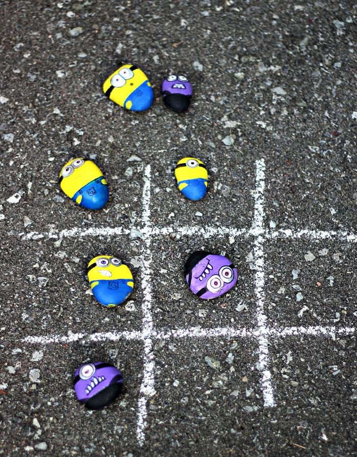 que faire pendant les vacances pour occuper les enfants, fabriquer un jeu de tic-tac-toe avec pions galets minions et une grille à la craie