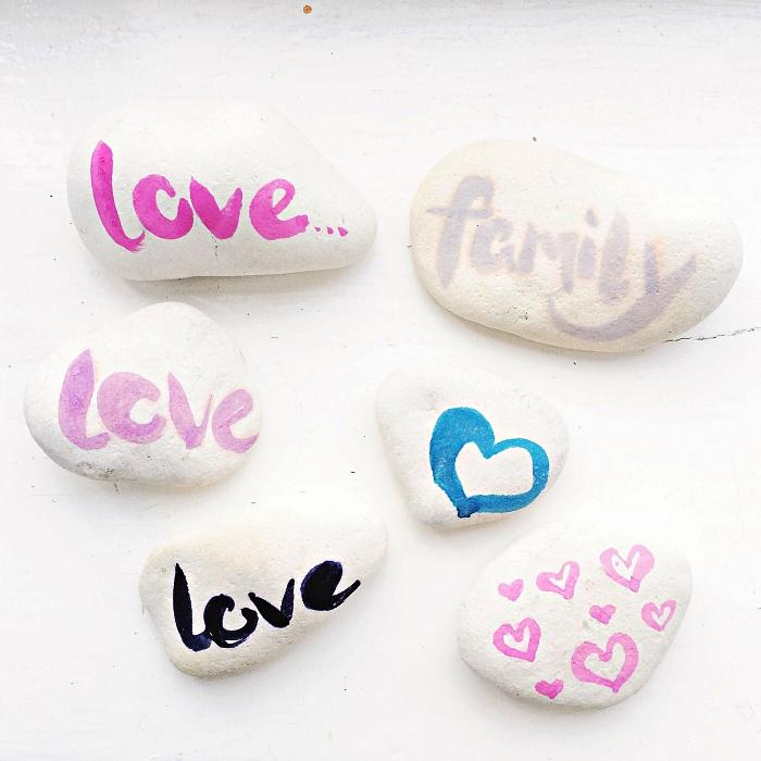 peindre des galets pour en faire des petits objets de décoration pour le bureau ou la table, galets blancs à messages inspirants