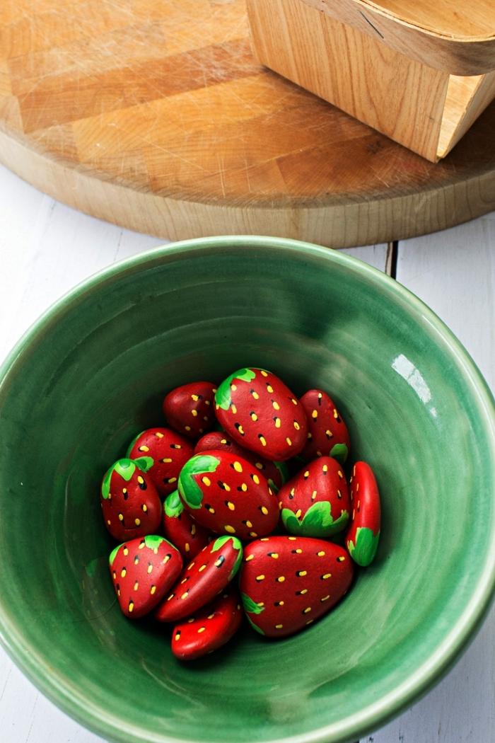 réaliser des galets fraises à la peinture acrylique, déco de jardin avec des galets fraises, peinture sur galets pour réaliser une jolie déco de jardin