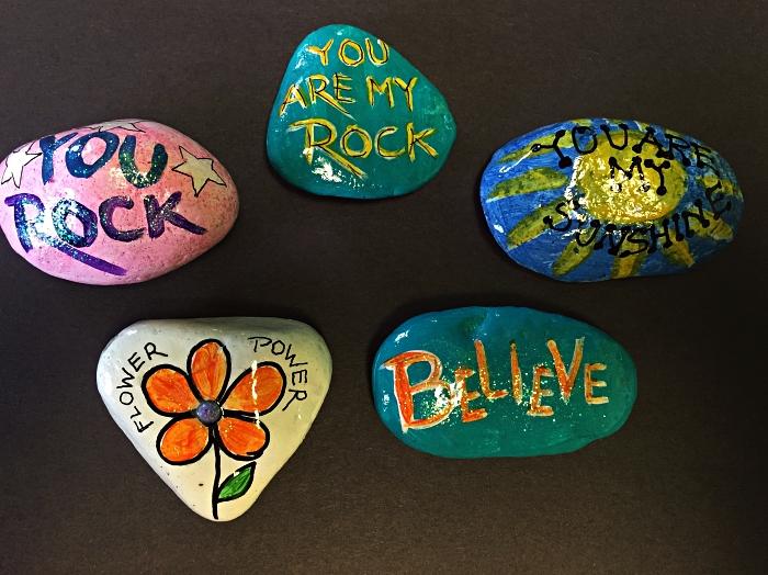 des galets décorés à la peinture acryliques avec de belles pensées inscrites dessus, idée deco galet porte-bonheur à message inspirant