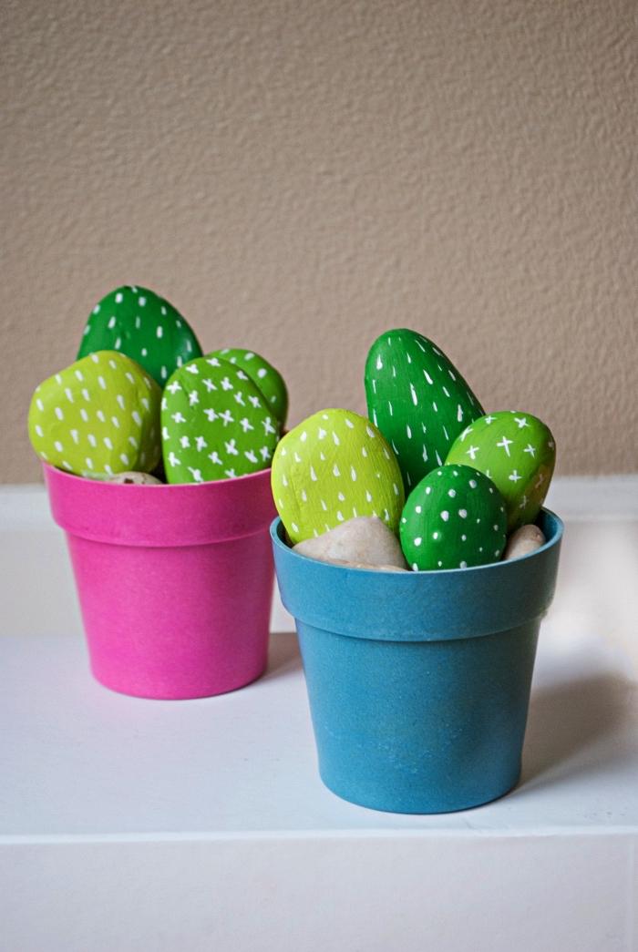 que faire avec des galets, des pots de faux cactus galets rrpeints en teintes du vert, idée deco galet cactus