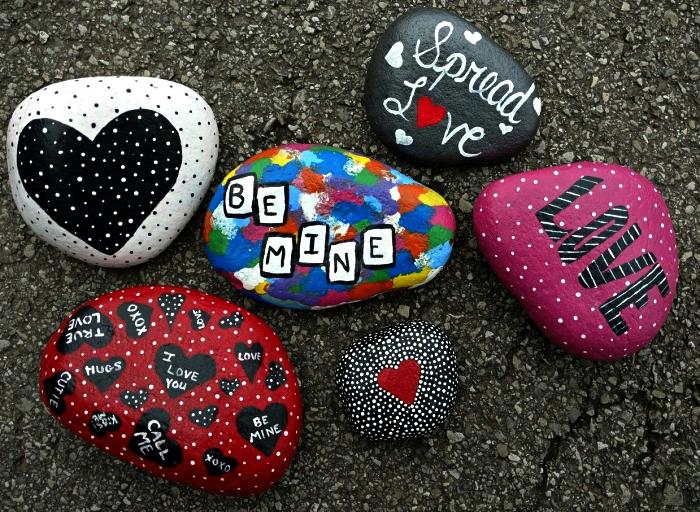 des galets décoratifs avec de belles pensées inscrites dessus à offrir comme cadeau personnalisé, dessin sur galet à motifs coeur et amour
