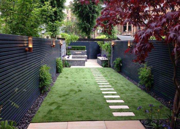 gazon tondu avec pas japonais, clôtures noires, végétation verticale, érable japonais, espace paysager minimaliste
