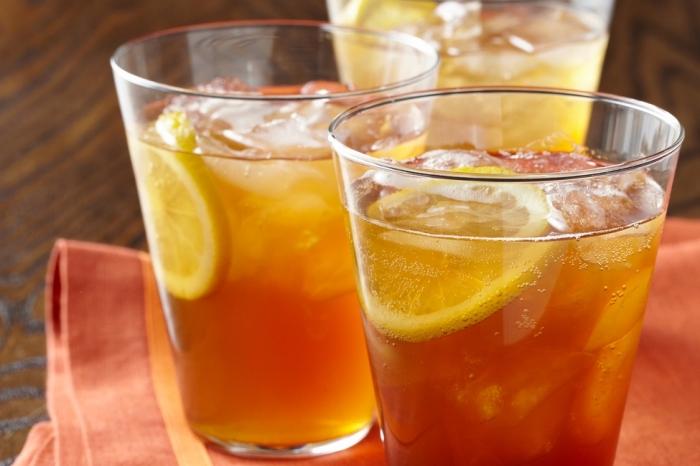 exemple de boisson detox fruitée sans sucre ajouté, comment servir un ice tea avec tranches de citron et glaçons