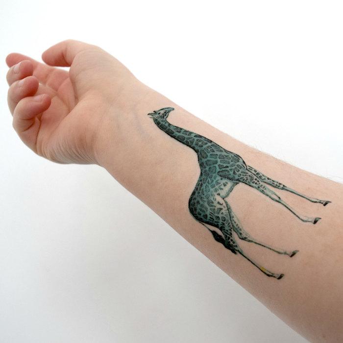 tatouage avant bras femme, giraffe, tatouage giraffe monochrome, tatouage femme animal réalistique
