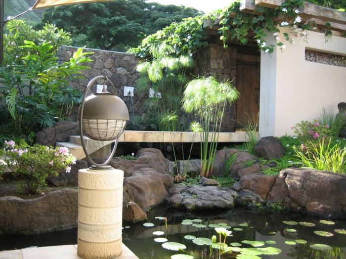 petit jardin style japonais, lac avec plantes aquatiques, escalier blanc avec terrasse, plantes grimpantes
