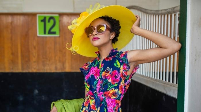 chapeau jaune vive, robe florale, lunettes oversize, femme avec chapeau femme capeline
