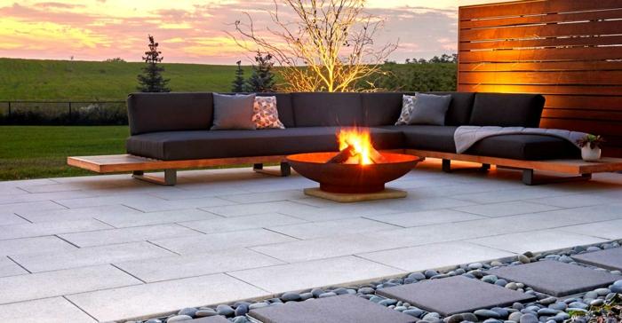 sofa pour l extérieur, allée en dalles et gravier décoratif, foyer moderne, clôture bois, sofa gris bois et textile