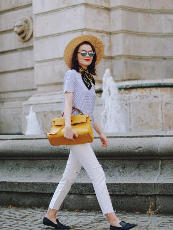 pantalon blanc, sac jaune, t-shirt et foulard, chapeau de paille, chaussures plates, fontaine