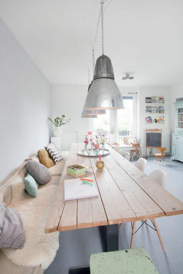 décoration d'intérieur scandinave, lampes pendantes, coussins déco, table en bois clair, lampes pendantes chromées