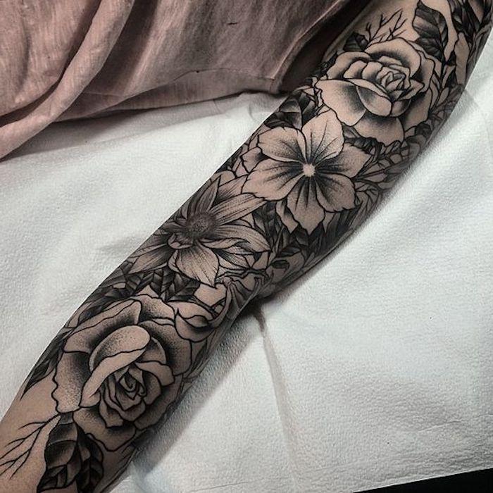 idée tatouage motifs fleurs, lys et roses, tatouage monochrome, manche tatouage femme