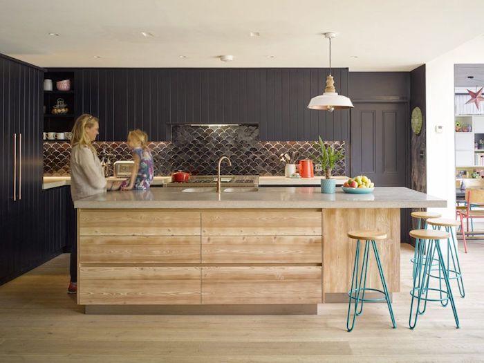 Femme et sa fille dans la cuisine bois et noir, deco maison de charme, photo cuisine rétro style