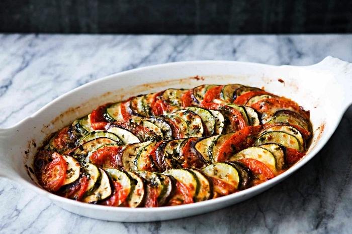 recette simple et rapide gratin de courgette, tomate et aubergine, idée repas du soir végétarien à base de courgettes