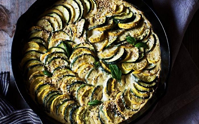 recette gratin de courgettes vegan à la sauce de noix de cajou, repas végétarien délicieux à base de courgettes